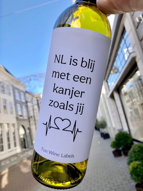 wijnetiket zorg kanjer op een fles wijn