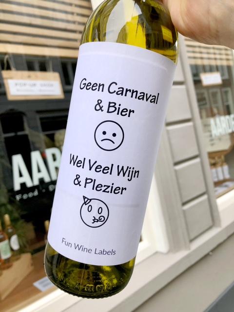 wijnetiket carnaval wijn op een fles wijn