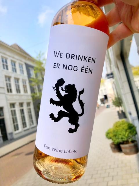 wijnetiket drinken leeuw op een fles wijn